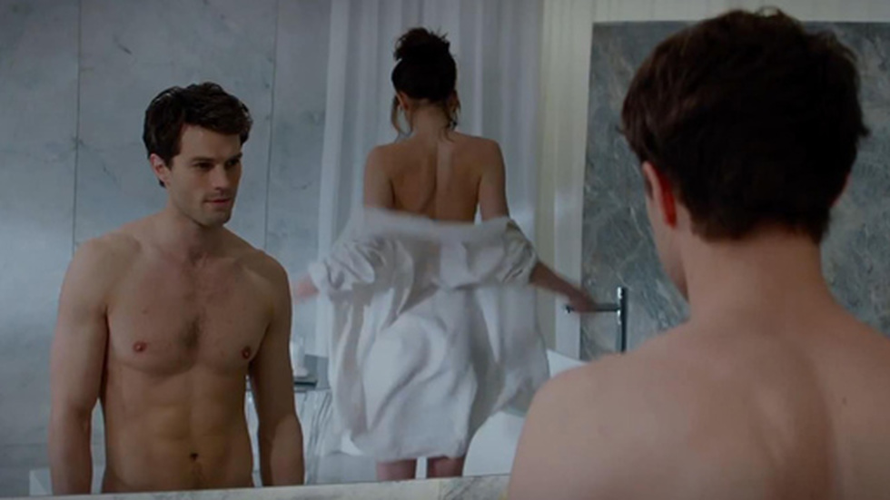 "Jamie Dornan som Christian Grey och Dakota Johnson som Anastasia Steele i ""50 shades of Grey""."