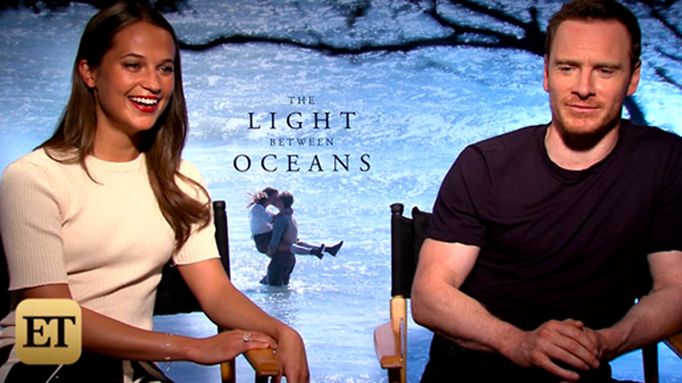Alicia Vikander och Michael Fassbender berättar om sin relation i Entertainment Tonight.